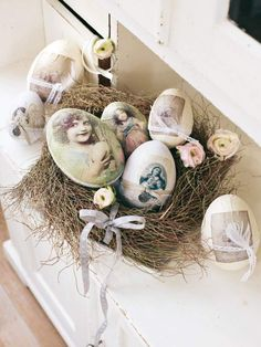 With lace edging and fitted with old photographs and printed pictures of the Madonna, these decorative eggs for Easter nest in the willows charming eye-catcher.