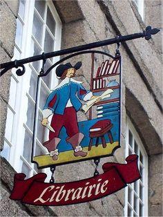 Enseigne de librairie à Dinan, France