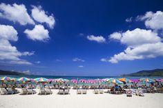 Patong Beach, Phuket: La Thaïlande, destination bien connue des vacanciers européens en quête de soleil en hiver. Car même si rien n'empêche de s'y rendre toute l'année, la période la plus favorable (chaleur douce et pluie minimum) va de novembre à février. Une fois à Phucket, on en profite pour visiter Maya Bay à quelques kilomètres de là, la fameuse plage du film du même nom.