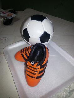 Zapatos y pelota para torta de fanático  de futbol                                                                                                                                                      Más
