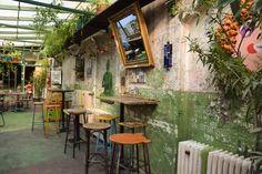 SZIMPLA KERT RUIN PUB || RUIN PUB BUDAPEST || SALIR EN BUDAPEST (Hungría) Cafe Interior Vintage, Vintage Cafe, Cutting Edge Stencils, Budapest Ruin Bar, Cactus Bar, Buy A Bar, Pub Design, Restaurant Design, Business Place