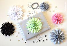 sterren van papier maken voor op je cadeautjes | Moodkids Origami, Deco Furniture, Homemade Crafts, Paper Crafting, Handmade Christmas, Christmas Time, Activities For Kids, Crafts For Kids, Wraps