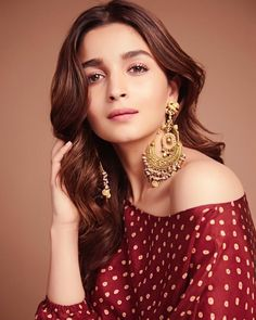 Alia Bhatt has been seen wearing one gorgeous Indian outfit after another for her movie promotions. Check all of Alia Bhatt's Indian Looks here with prices. Indian Celebrities, Bollywood Celebrities, Bollywood Fashion, Bollywood Actors, Bollywood Couples, Bollywood Girls, Wedding Guest Outfit Looks, Alia Bhatt Photoshoot, Aalia Bhatt