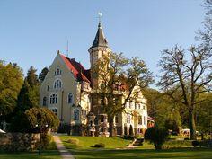 Pałac Bursztynowy - Strzekęcino.  Eklektyczny pałac z przełomu XIX i XX wieku było rezydencją junkierskiego rodu von Kameke. Obecnie mieści się w nim hotel. Baroque Architecture, Amazing Architecture, Manor Houses, Palaces, Pavilion, Dream Homes, Teak, Poland, Terrace