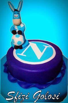 Torta cake design ispirata alla squadra del Napoli con base di pan di spagna farcita con crema chantilly e gocce di cioccolato, decorata con stemma e mascotte del Napoli in pasta di zucchero. Per i…