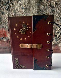 Steampunk deník nebo zápisník, lepenka potažená kůží, ozubená kolečka různých velikostí, kovové rožky, imitace hodinového strojku, koženkové zapínání na druk, 120 stran nelinkovaného bílho papíru o gramáži 140 g. Více info na Fler.cz uživatel L.atem25