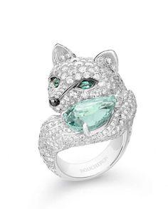 FOXY,LA RENARDE Bague sertie d'une tourmaline verte poire de 7,28 ct et d'émeraudes, pavée de diamants, sur or blanc.