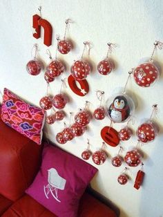 Pretty Christmas decoration (originally advent calendar) but that's a lot of pins in a wall. Noel Christmas, Christmas Countdown, White Christmas, Xmas, Countdown Calendar, Advent Calendars, Christmas Decorations, Holiday Decor, Creations
