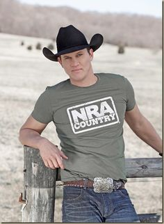 Rising country star and outdoor enthusiast Jon Pardi has been chosen as NRA Country's Featured Artist for March. The California native has received high praise for his debut album,Write You A Song,… Male Country Singers, Country Music Artists, Country Music Stars, Cute Country Boys, Country Men, My Life Style, Men's Style, White Tshirt Outfit, Jon Pardi
