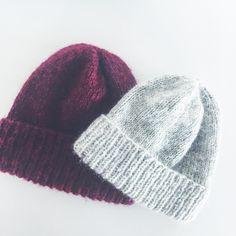 trenger du en #julegave i siste liten? strikk en #mammasfishermanhat da vel! perfekt restegarnsprosjekt er det også. 😉 jeg har strikket seks stykker allerede, bare på de siste månedene, og det ved siden av andre store prosjekter. oppskrift fra @guttenogstrikkemor 🎄☃️ Yarn Projects, Hue, Knitted Hats, Knit Crochet, Knitting, Crafts, Mothers, Instagram, Loom Knit
