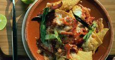 Cette recette de nachos à l'espagnol vous réchauffera l'intérieur! Pleins de bons ingrédients gourmands, ces nachos font plaisir à tous les amateurs de plats réconfortants qui font du bien. Sauce Tzatziki, Chips, Tacos, Mexican, Ethnic Recipes, Food, Nacho Recipes, Yummy Recipes, Drizzle Cake