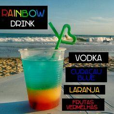 Drink colorido montado em camadas.  Licor de frutas vermelhas + suco de laranja + curaçau blue + vodka.