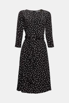 We love polka dots! Deze jurk straalt dankzij het stippendessin, de ceintuur en de wijde rok extra veel charme uit.