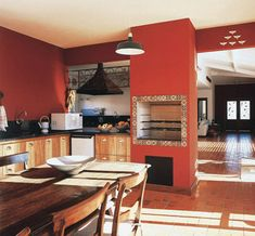 A churrasqueira na sala de almoço, ao lado da cozinha, é uma opção para quem quer usá-la no dia-a-dia. Grandes aberturas, como as portas de 1,40 m de largura, garantem um ambiente bem arejado. Assinam o projeto a paisagista Junia Lobo, a arquiteta Christine Boerger e a decoradora Luciana Brandão.