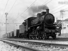 """Dalle locomotive a vapore, al """"Settebello"""", il treno elettrico, fino ad arrivare all'alta velocità. È la storia delle Ferrovie dello Stato raccontata attraverso le immagini dell'archivio storico. Un patrimonio di oltre 600 mila scatti e più di seimila cassette video e"""