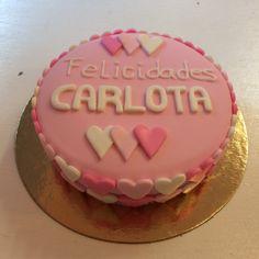 Pastel con fondant y corazones en rosa