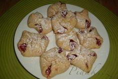 POTŘEBNÉ PŘÍSADY:  400 g hl. mouky  1 Hera 1 šlehačka  povidla na náplň, maková, marmeláda, tvarohová náplň  POSTUP PŘÍPRAVY:  Suroviny na těsto propracujeme a hned můžeme vyválet placku, ze které rádýlkem nakrájíme čtverečky. Czech Recipes, Sweet And Salty, Cauliflower, French Toast, Cookies, Chicken, Baking, Vegetables, Breakfast