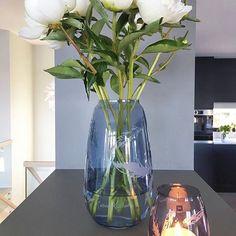 Nydelige peoner i Siccorivasen vår. Her med designer Cathrine Knudsens fjærdekorasjon - Stille bevegelser -  Regram @villalille 🙌🏻🙏🏻 #siccorivaser#cathrineknudsen #hadelandglassverk #blomstervase#peoner#norskdesign #norwegianmade