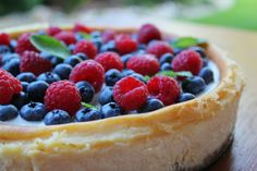Biting Hanah: Narozeninový vanilkový cheesecake s ovocem Cheesecakes, Pie, Food, Torte, Cake, Fruit Cakes, Essen, Cheesecake, Pies