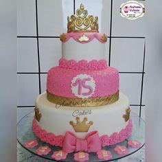 Bolo Rosa com Coroa.    Lindo tema para festejar os 15 anos de uma princesa!  Com coroa, laço e rosas modelados em açúcar.