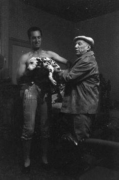 Pablo Picasso y Luis Miguel Dominguín en Arles. 1958. Foto de Enrique Meneses.