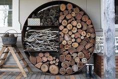 Un stockage #original pour le #bois ! http://www.m-habitat.fr/cheminees/types-de-combustibles/quel-bois-utiliser-dans-une-cheminee-803_A