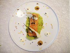 Ταρτάρ σολομού με μους αβοκάντο,κρέμα τυρί με τρούφα,αρμυρίκια τουρσί,τζίντζερ ντρέσινγκ και φύλλα γκιόζα...
