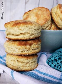 Flaky buttermilk biscuits / Biscuiti cu lapte batut Buttermilk Biscuits, My Recipes, Hamburger, Muffin, Bread, Cooking, Breakfast, Food, Kitchen