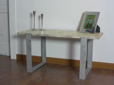 Una pequeña mesita de centro hecha con madera recuperada y pies de forja plateados.  Si os gustaría tener una mesa como esta del tamaño que queráis podéis escribirme a   mcanoalarcon@gmail.com