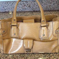 Liz Claiborne woman's purse Women's Liz Claiborne purse Cream alligator pattern,with no tears or rips's perfect condition Liz Claiborne Bags