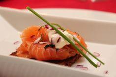 Gravet laks med pepperrotkrem, rugbrødchips og rødløk - Marinated salmon with horseradish cream, rye bread chips and red onion: The perfect starter