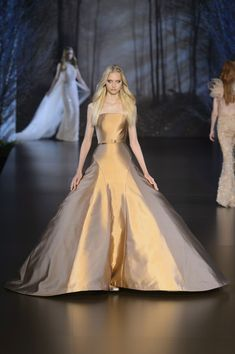 View all the catwalk photos of the Ralph & Russo haute couture fall 2015 showing at Paris fashion week. Ralph & Russo, Pretty Dresses, Beautiful Dresses, Long Dresses, Classic Wedding Gowns, Fancy Gowns, Resort Dresses, Couture Week, All About Fashion