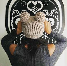 cappellino di lana beige realizzato con ferro circolare, punto inglese con due pom pom, two pom pom hat