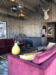 #beiset #panel #hytteinspo #hytteinspirasjon #hytteliv #hytteinteriør #hintofpink #interiordesign #cabininterior #beis #beitostølen #cabin #mørkevegger #rosasofa #pinkcouch Pink Couch, Cabin Kitchens, Cabin Interiors, Black Kitchens, Living Room Inspiration, Kitchen Appliances, Sofa, Interior Design, Furniture