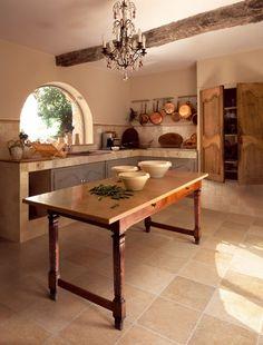 Ablak mindig előnyös, valamint tetszik a konyha lágy színvilága.