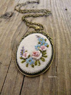Medalion mare realizat din lana impaslita cu broderie manuala. Medalionul a fost fixat pe o baza metalica in nuanta bronzului.