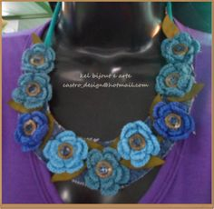 com flores de crochet em tom azul