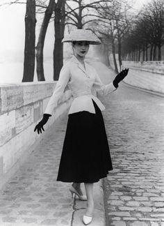 Moda anni '50, il celebre look DiorNegli anni '50 si afferma il cosiddetto look Dior, formato da gonnello ampio inferiore e giacchino stretto intorno alla vita.