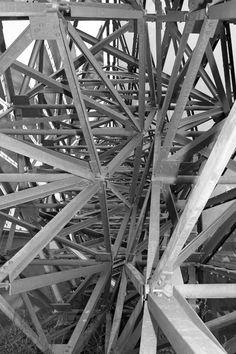 Chaos van structuren. Als je één van deze ijzeren vierkanten zou zien was het gestructureerd geweest. Maar door het te veel aan structuur, verdwijnt die juist.