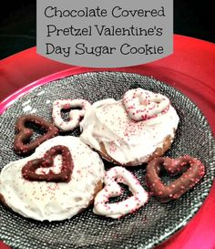 Chocolate Covered Pretzel Valentine's Day Sugar Cookie Yummy Recipes, Cookie Recipes, Delicious Desserts, Homemade Valentines, Valentines Day Treats, Diy Valentine's Gifts For Her, Fun Food, Yummy Food, Valentine's Day Sugar Cookies