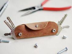 Tutoriales DIY: Cómo hacer un portallaves de cuero vía DaWanda.com