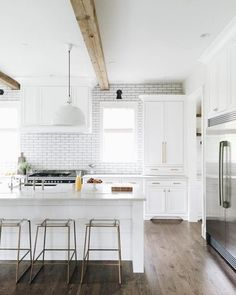 White kitchen + Clear lucite stools = Amazing!
