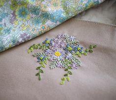 libertyprint×embroidery 洋梨色が効いたマーガレットアニー。この色は少し入るだけでぐっとオシャレ感が増すので、花芯によく使います。 今回も刺しゅうは控えめ、あくまでも主役はliberty様✨ . #刺しゅう #刺繍 #embroidery #handembroidery #libertyprint #libertyfabric #libertyaddict #マーガレットアニー #bag #レッスンバッグ #お稽古バッグ