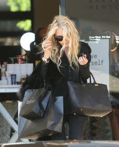 jade/gold ring, Givenchy tote and shopping bags! Ashley Olsen Style, Olsen Twins Style, Mary Kate Ashley, Mary Kate Olsen, Nyc Girl, City Girl, Looks Style, My Style, Sweet Style