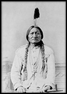 Poster med gammalt fotografi av en indian. Fotot är taget i slutet av 1800-talet. Svartvita tavlor och affischer med fotografier. Prints med fotokonst.