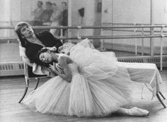 Dame Margot Fonteyn and Rudolf Nureyev ~ Royal Ballet. They had such chemistry, I was able to see one of their last performances together. Ballet Real, The Royal Ballet, Ballet Dancers, Ballet Art, Margot Fonteyn, Vintage Ballet, Rudolf Nureyev, History Of Dance, Ballet Images