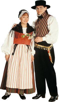 Karstula, Finland. Karstulan naisen ja miehen kansallispuvut ©  Suomen käsityön museo. http://www.kansallispuvut.fi/puvut/karstula_np.htm