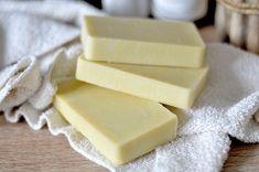 Une recette simple pour réaliser votre savon saponifié à froid au lait d'amande et gel d'aloé vera. Il est sans huile essentielle, ni huile de palme.