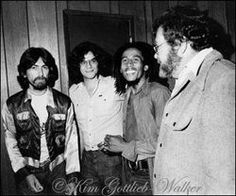**Bob Marley** George Harrison, Jeff Walker & Charley Nuccio, The Roxy Theatre, Los Angeles, CA, USA, July 13, 1975.Having heard that George was a fan of Marley's music, the president of US Island Records, Charley Nuccio, invited him to the show. When told that George Harrison was coming backstage, Marley visibly lit up and said 'Ras Beatle!' More fantastic pictures, music and videos of *Robert Nesta Marley* on: https://de.pinterest.com/ReggaeHeart/ ©Kim Gottlieb-Walker…