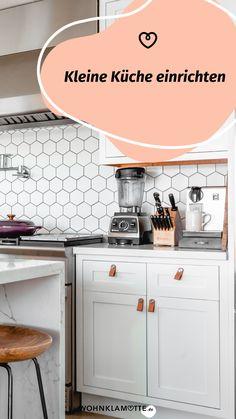 Eine kleine Küche einrichten kann eine Herausforderung sein, aber auch Spaß machen. Denn ist der wenige Platz erst einmal richtig ausgenutzt, steht die kleine Küche einer großen in (beinahe) nichts nach. Mit unseren 5 Tipps kannst Du eine kleine Küche einrichten und dabei das meiste aus ihr rausholen. Kitchen Island, Kitchen Cabinets, Home Decor, Fold Away Table, Simple, Homes, Tips, Island Kitchen, Decoration Home